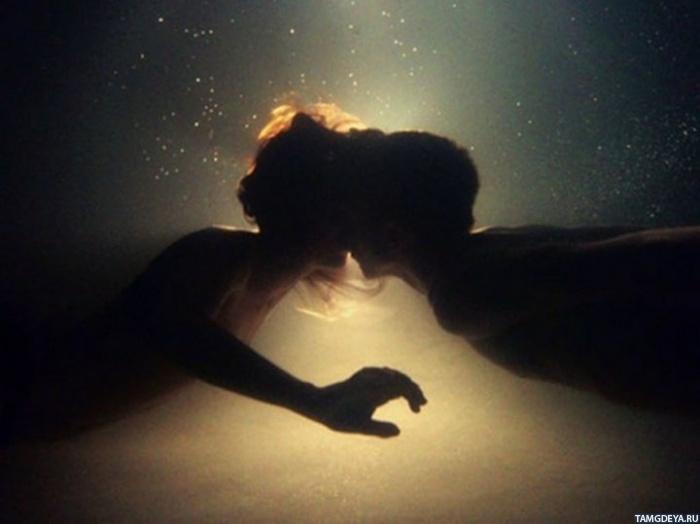 Картинка 700x524 Два силуэта целуются в мутной воде   Тэги ...: http://avatarko.ru/pic.php?id=57825
