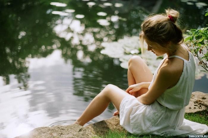 Фото девушка сидит спиной