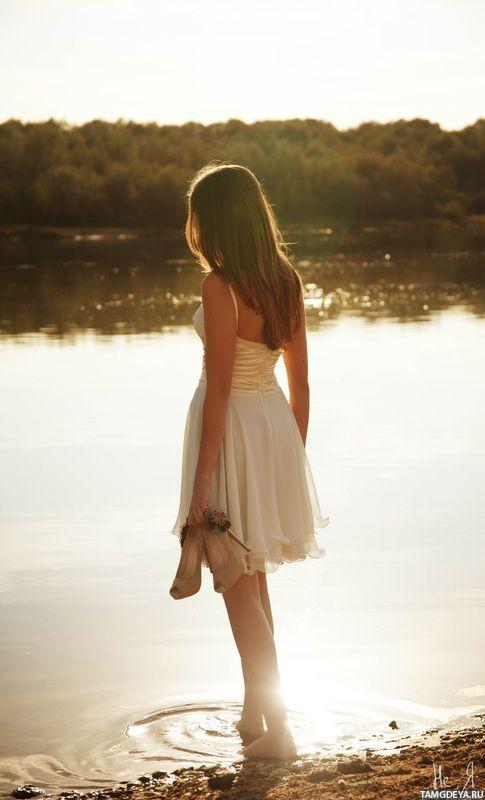 фотосессия блондинка в платье стоит спиной
